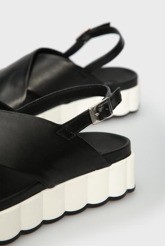 Женские черные кожаные босоножки MILOS