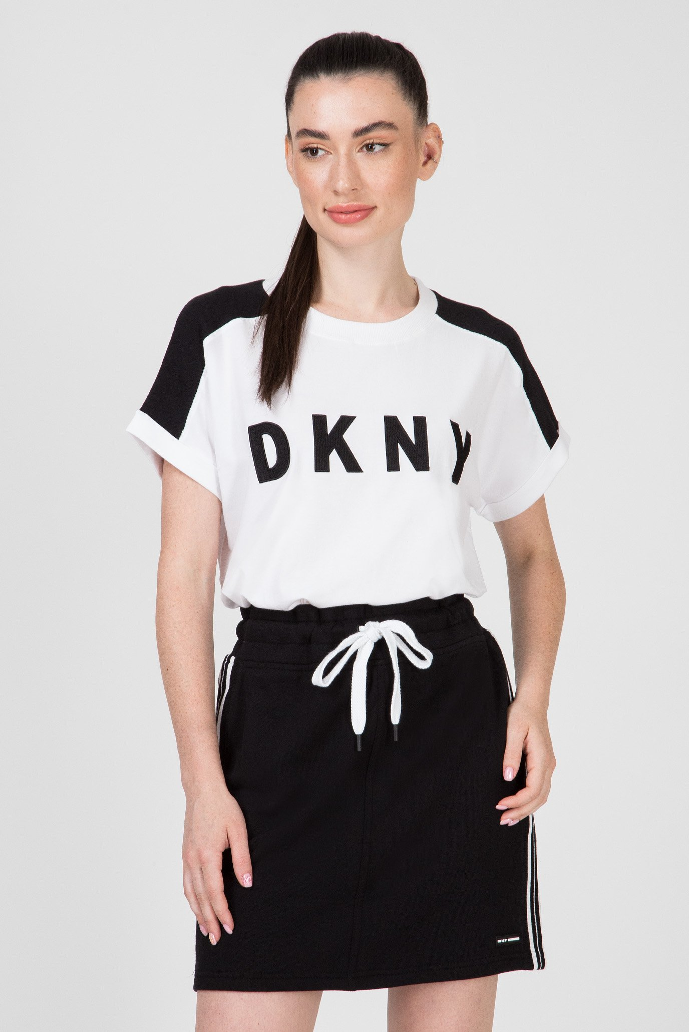 Купить Женская белая футболка RELAXED TEE-SOLID DKNY DKNY DP9T6629 – Киев, Украина. Цены в интернет магазине MD Fashion