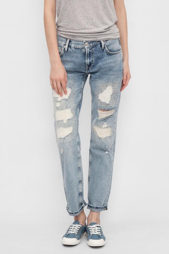 Женские голубые джинсы с потертостями