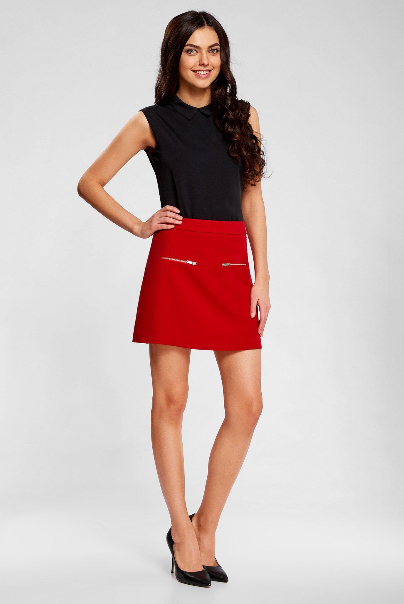 девушка в красном юбке вышел душа